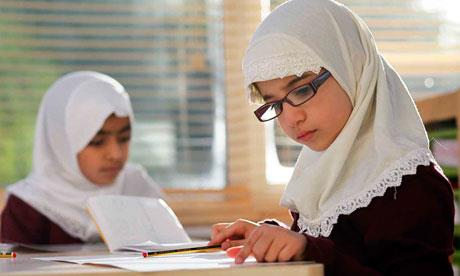 Anak belajar di jilbab