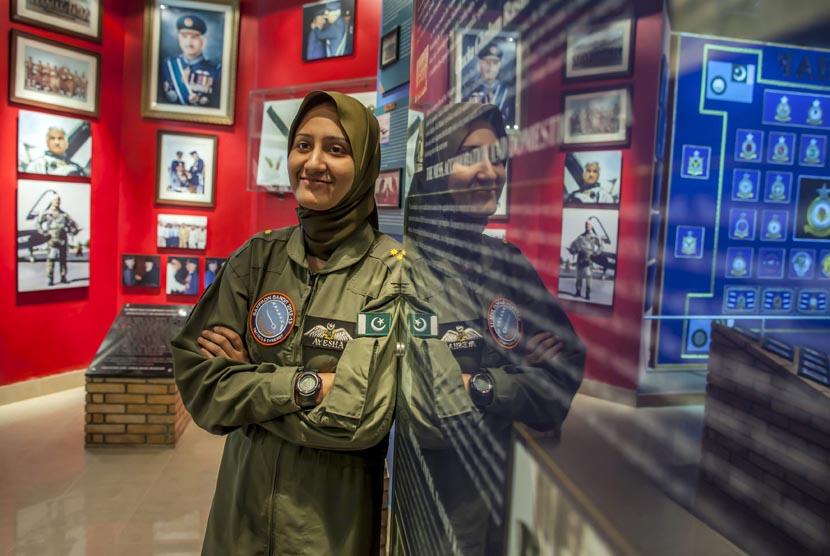 ayesha-farooq-26-pilot-pesawat-tempur-perempuan-pakistan- 130613121756-469