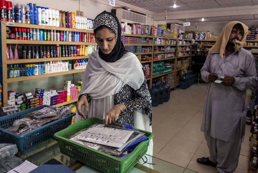 ayesha-farooq-kiri-mengenakan-pakaian-seperti-layaknya-perempuan- 130613123113-196