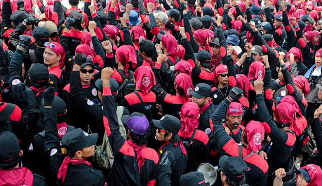 ribuan-buruh-berdemo-di-balaikota 663 382