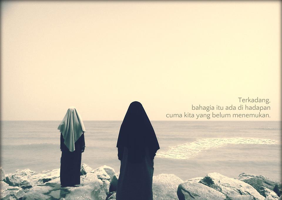 Bahagia muslimah depan pantai