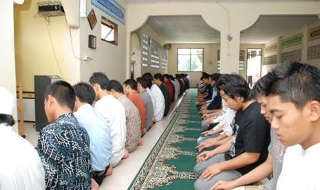 Sholat mahasiswa-sekolah-tinggi-ilmu-ekonomi-islam-tazkia-bogor- 121015103923-761