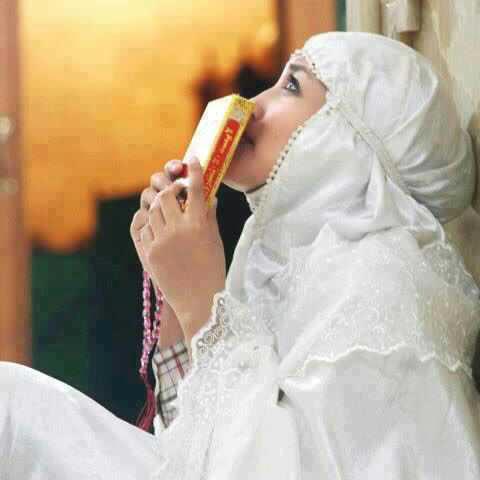 Muslimah cium quran