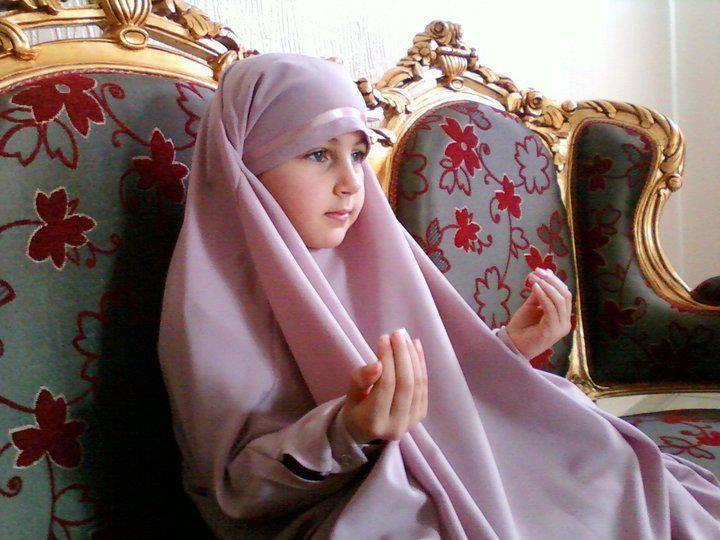 Anak cewe berdoa 2